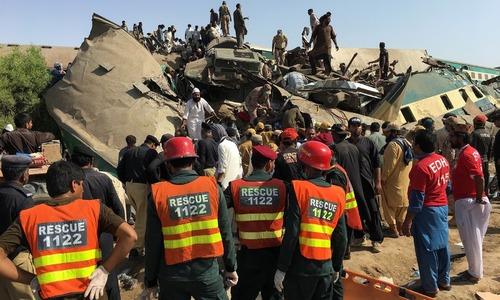 http://pakistanisinkuwait.com/images/train-accident-pakistan.jpg